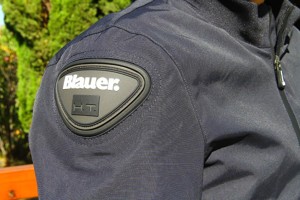 La protección externa del hombro se une a la interior para sumar la máxima seguridad y da un toque de diseño.